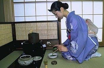 Подготовка к чайной церемонии в Японии