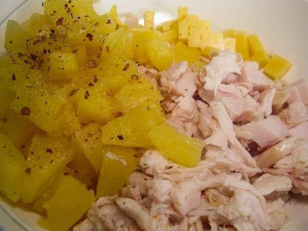 Cалат с копченой куриной грудкой и ананасами